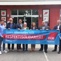 Margit Wild, Sebastian Koch und Matthias Jobst zeigen zusammen mit Christian Dietl, Alexander Gröbner und Gaby Hübner Flagge.