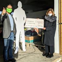 Margit Wild überreicht Michael Buschheuer eine Spende über 1.000 Euro an Sea-Eye