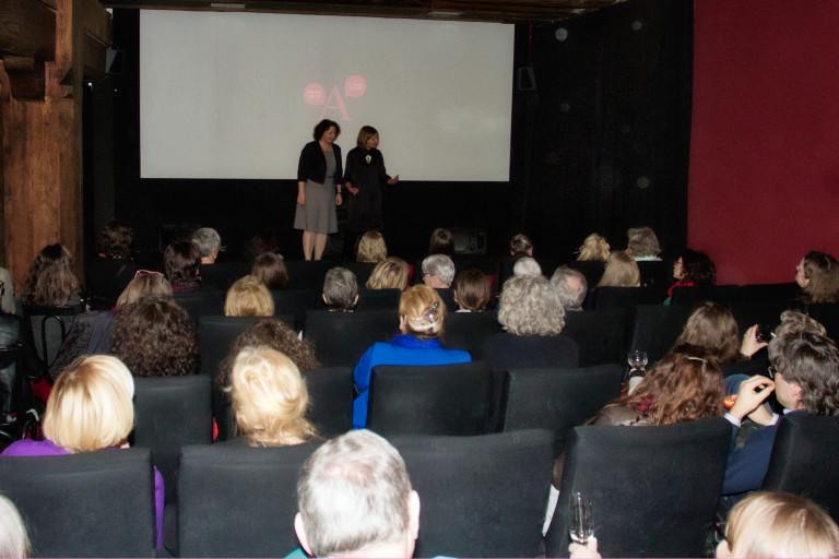 Ein voller Kinosaal beim Frauenempfang