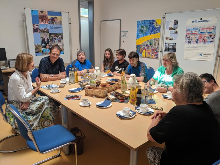Margit Wild im Gespräch mit den Beschäftigten der Lebenshilfe