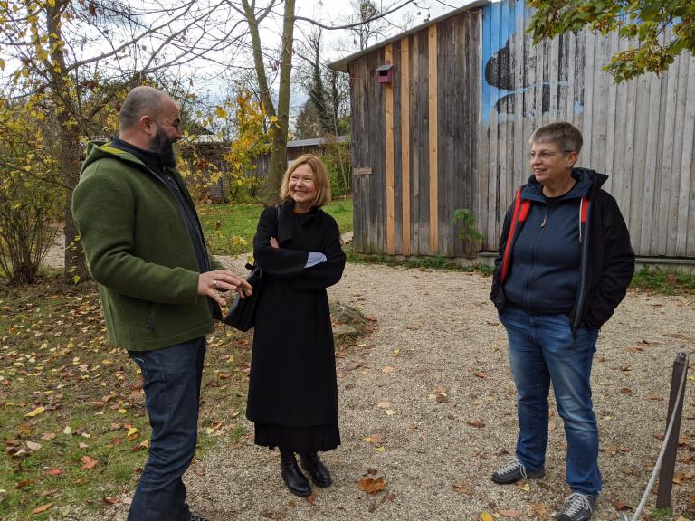 Margit Wild besucht die Umweltstation Regenstauf. Christoph Bauer und Sigrid Peuser stellen die Einrichtung vor