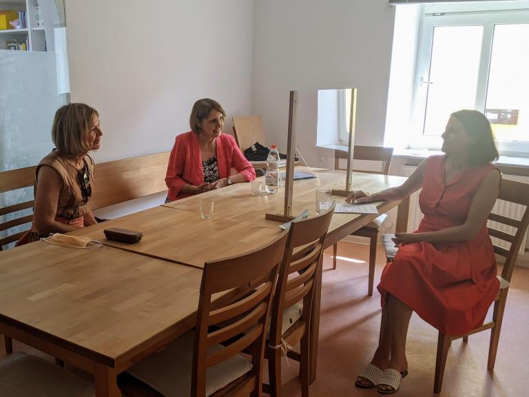 Margit Wild und Annette Karl im Gespräch mit Inge Heindl im Autonomen Frauenhaus Regensburg