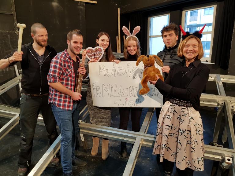 Margit Wild zusammen mit den Theatermitarbeiterinnen und -mitarbeitern auf der Probebühne in der Hoppestraße