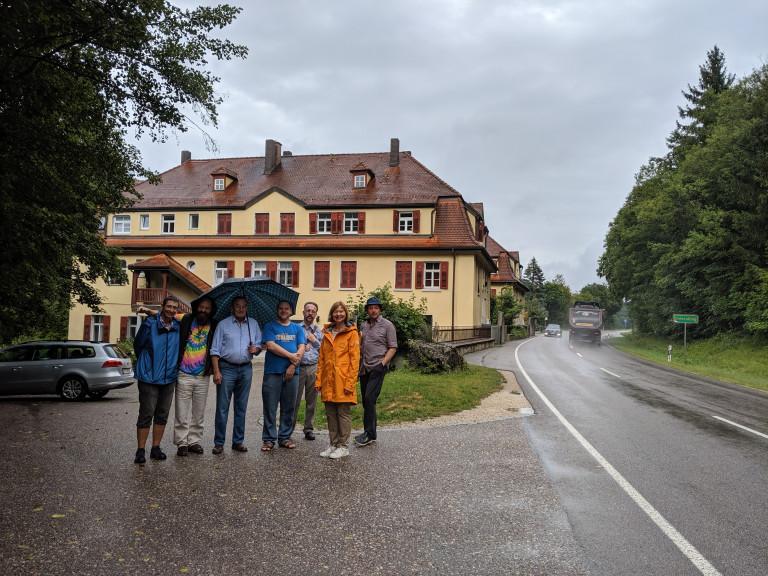 Die Landtagsabgeordnete Margit Wild zusammen mit Bewohnerinnen und Bewohnern beim Ortstermin in Unteralling
